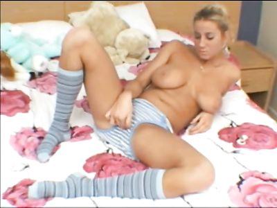 Русская блонда с большими сиськами в трусах на камеру дрочит ватрушку