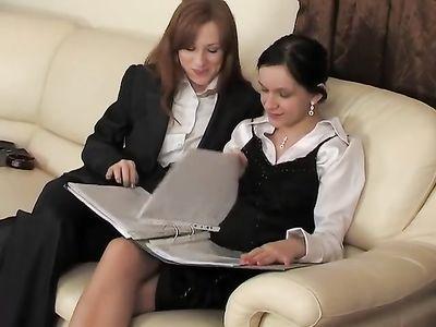Богатая телка занимается лесбийским сексом с агентом по недвижимости
