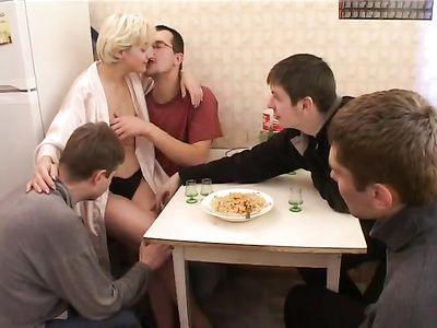 Мужики пустили по кругу зрелую блондинку на кухне и удовлетворили её