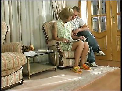 Молодой парень натягивает горячую мамку с короткой стрижкой на кресле