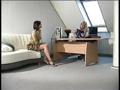 Начальница в короткой юбке соблазняет работницу на лесбийский секс