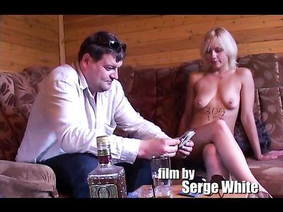 Русская проститутка платит долги, трахаясь с другом сутенера