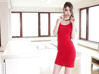 Красивая брюнетка в красном платье дрочит киску пальцами на столе