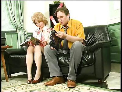 Горячая мамка с волосатой пиздой дает незнакомцу в приемной к врачу