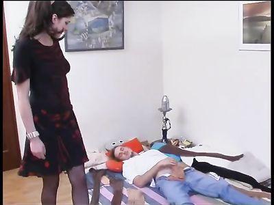 Темноволосая девушка в колготках удовлетворяет фетишиста на полу