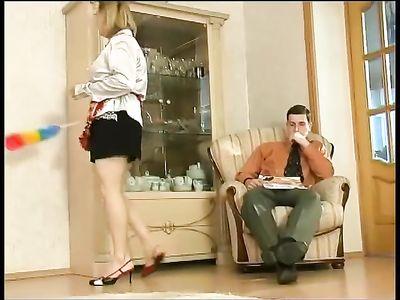 Молодой парень соблазняет горячую мамку, работающую домработницей