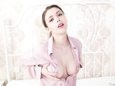 Секси девочка с большими дойками ласкает выбритую промежность