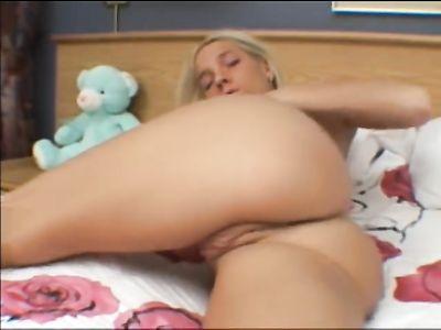 Блондинка мастурбирует мокрую киску пальчиками, раздвигая ноги