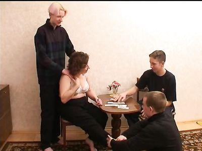 Женщина с волосатой пиздой проигрывает в карты и дает трем парням