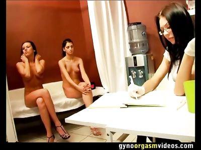 Две подружки ласкают дырочки друг дружки на приеме у гинеколога