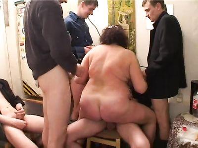 Зрелую толстушку пускают по кругу парни в комнатке общежития