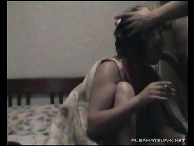 Вечером в спальне курящая сучка делает минет на камеру и прыгает на члене