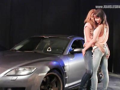 Спортивный автомобиль и две джинсовые красотки лесбиянки