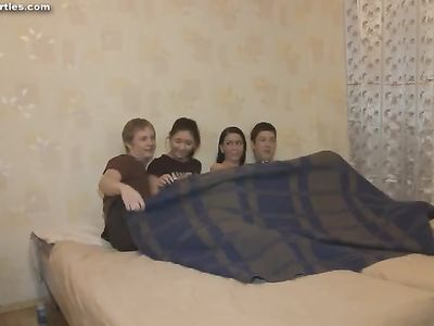 Молодые свингеры трахаются на кровати и получают удовольствие