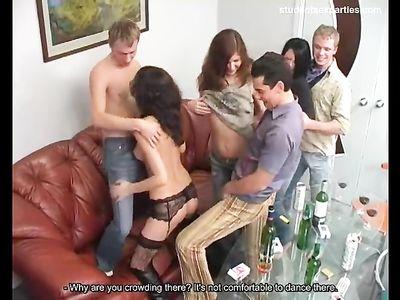 Три парня и три девушки трахаются на закрытой секс вечеринке