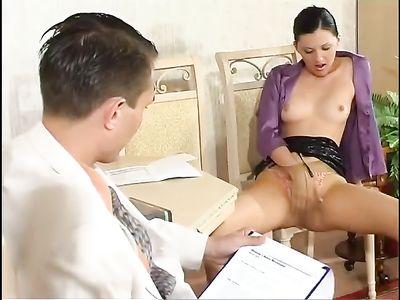 Владелица фирмы в короткой юбке мастурбирует письку перед парнем