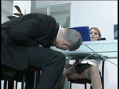 Рыженькая начальница в короткой юбке дает возбужденному работнику