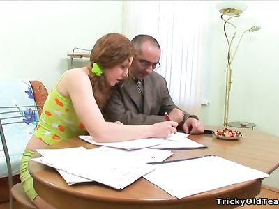 Студентка с косичками соглашается на секс с преподом ради оценки