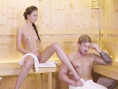 Стройная девушка соблазняет незнакомца в бане и дает ему в киску
