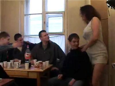 Мужики после застолья ебут толпой одну зрелую женщину на столе