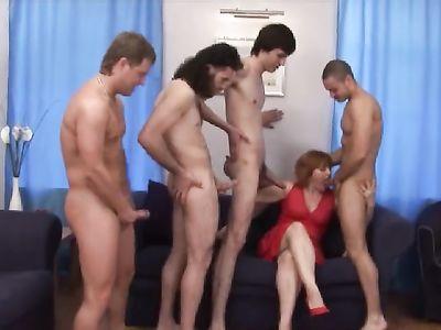 Зрелая толстушка жарится сразу с четырьмя парнями и дает в жопу