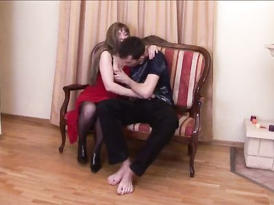 Парень занимается сексом втроем с дамой в черных чулках и её подругой