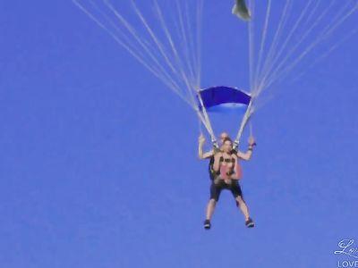Голые девушки садятся в самолет, чтобы прыгнуть с парашютом