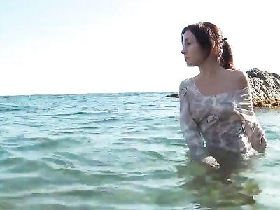 Стройная девушка совсем не стесняется и полностью раздевается на пляже