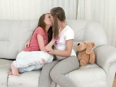 Красивые лесбиянки изучают тела друг дружки и мастурбируют на диване
