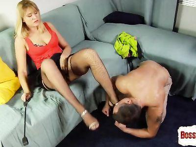 Горячая мамка приказывает, чтобы парень лизал киску и её ножки