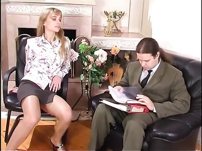 Начальник поимел стройную девушку в колготках, ведь она мастурбировала