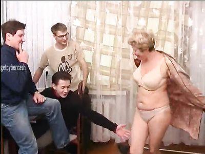 Женщина в возрасте попросила молодых парней выебать её по полной