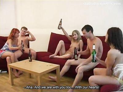 Три парня устраивают групповую еблю с тремя стройными девушками