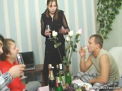 Горячая мамка жарится с двумя выпившими товарищами на диване