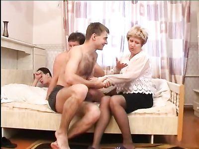 Три парня с похмелья трахают зрелую толстушку на большой кровати