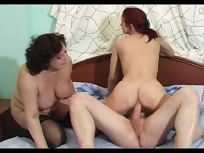 Зрелая толстушка присоединяется к молодой телке с парнем на кровати