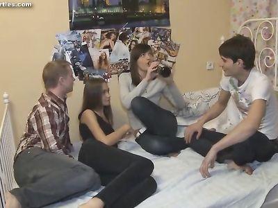 Молодые свингеры занимаются групповым сексом на небольшой кровати