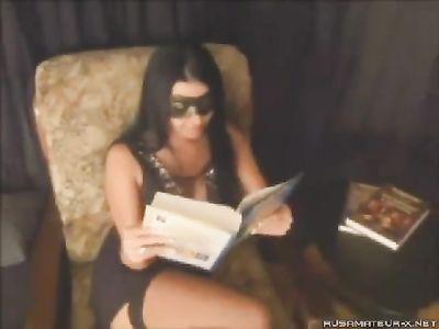 Красавица в маске читает книгу, а потом удовлетворяет кавалера