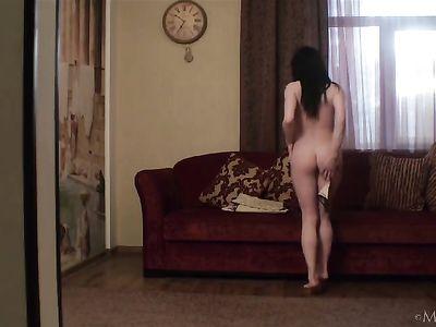 Стройная девушка с красивым телом раздевается на диване и трогает себя